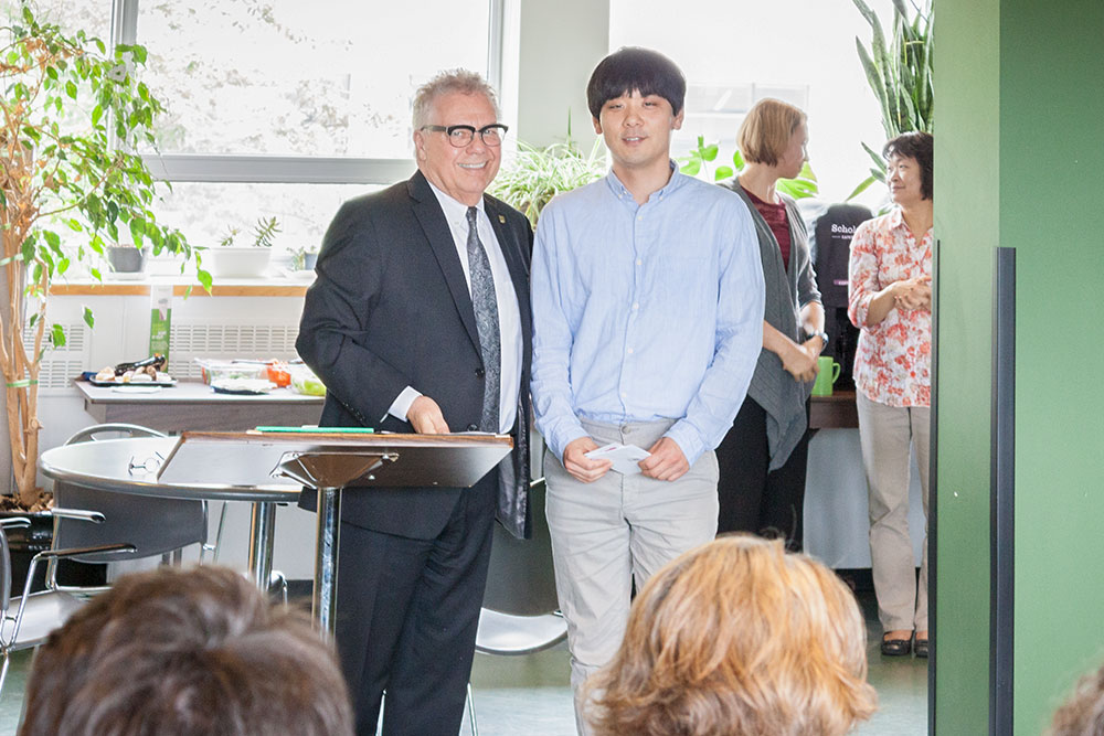 Dean Blye Frank congratulates Sean Park, DNSO, honouree for the Dean's Award of Staff Excellence.